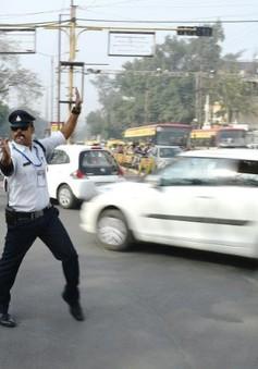 Cảnh sát Ấn Độ gây sốt khi vừa nhảy vừa điều khiển giao thông