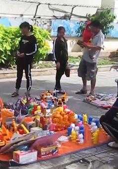 Phụ huynh vẫn vô tư mua đồ chơi không rõ nguồn gốc cho trẻ