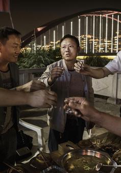 """Phát sốt vì ứng dụng """"nhờ người uống rượu"""" tại Trung Quốc"""