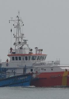 Cứu nạn thành công 10 ngư dân tàu cá Quảng Ngãi bị hỏng máy trên biển