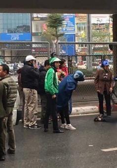 Hà Nội: Nam thanh niên rơi từ cầu vượt xuống đất bất tỉnh