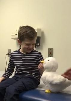"""Robot vịt - """"Thú cưng"""" thân thiết của bệnh nhi ung thư"""