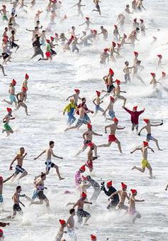 Lao xuống tắm trong nước lạnh cóng đón chào năm mới