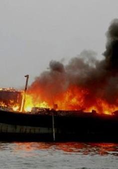 Quảng Ngãi: Tàu cá bốc cháy khi đang neo đậu, thiệt hại khoảng 3 tỷ đồng
