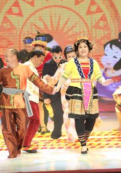 Công Lý hóa bà lão nhảy sạp cùng Hồng Vân trên sân khấu Gala cười 2018