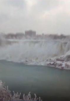 Chiêm ngưỡng thác nước đóng băng giữa không trung