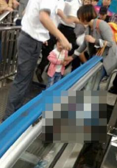 Trung Quốc: Bé trai thoát khỏi vụ tai nạn thang cuốn trong gang tấc