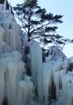 Độc đáo hình ảnh thác nước đóng băng tại Trung Quốc