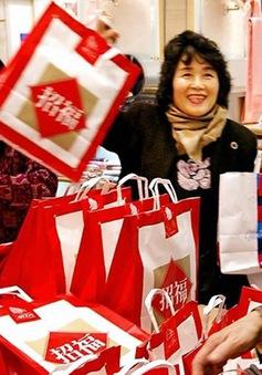 Người Nhật xếp hàng mua túi may mắn