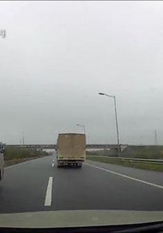 Đề nghị xác minh xe biển đỏ chạy lùi trên cao tốc Hà Nội - Thái Nguyên
