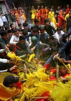 Nhiều hành vi đáng phê phán trong mùa lễ hội đầu năm