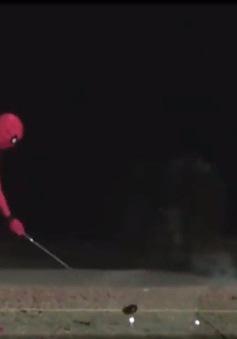 Người nhện tập đánh golf
