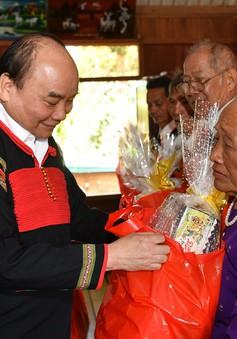 Thủ tướng Nguyễn Xuân Phúc tặng quà Tết đồng bào nghèo