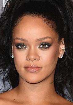 Bị lợi dụng tên tuổi, Rihanna kiện chính bố ruột của mình