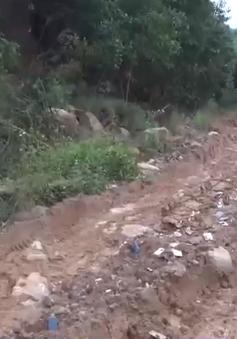 """Quảng Ngãi: Đường bị """"băm nát"""" cận Tết, người dân phải đi đường núi"""