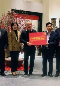 HLV Park Hang-seo nhận quà tặng của Thủ tướng trước khi về nước ăn Tết