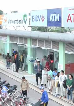 Cận Tết, nhiều người xếp hàng dài trước cây ATM chờ rút tiền