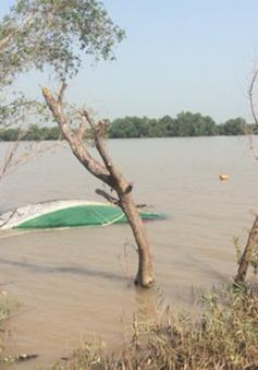 Tàu chở cát chìm trên sông Tiền, 1 người tử vong