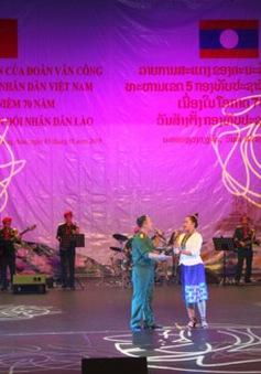 Đoàn Văn công Quân khu 5 biểu diễn nghệ thuật mừng 70 năm thành lập Quân đội Lào