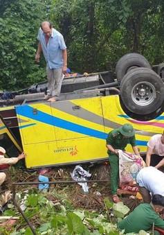 Xe khách chở 23 người lao vực trên đèo Hải Vân, ít nhất 1 người chết