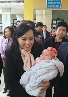 Bộ trưởng Bộ Y tế kiểm tra tiêm chủng vaccine ComBE Five tại trạm y tế xã