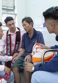 Hoa hậu Hà Kiều Anh sánh vai Quán quân Mister Việt Nam Phạm Minh Quyền thăm người già neo đơn
