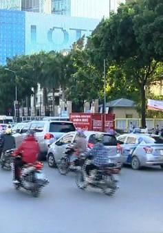 Ùn tắc giao thông do dừng đỗ xe lộn xộn tại cổng trường
