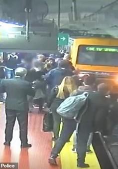 Cứu kịp thời người phụ nữ ngã xuống đường tàu điện ngầm ở Argentina