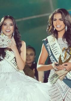 Khoảnh khắc Phương Khánh trao lại vương miện Hoa hậu Trái đất cho người đẹp Puerto Rico