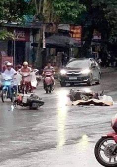2 xe máy va chạm, 1 người bị ô tô cán tử vong