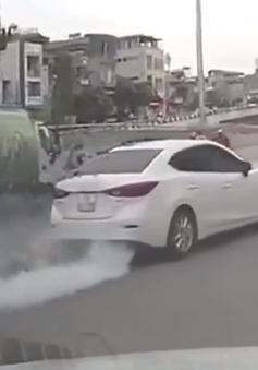 Xe ô tô con nổ lốp, suýt tông vào 2 nữ lao công trên phố