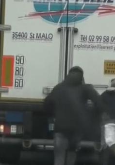 """Cuộc truy đuổi """"mèo vờn chuột"""" với những người di cư đu mình theo xe tải"""