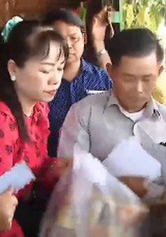 Cứu trợ bà con người Campuchia gốc Việt bị ảnh hưởng lũ lụt