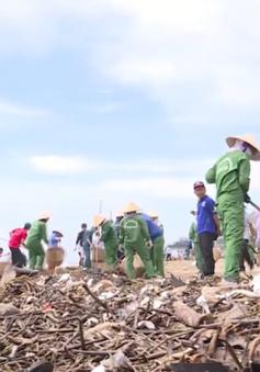 Hàng chục tấn rác đại dương trôi dạt vào bờ biển Vũng Tàu