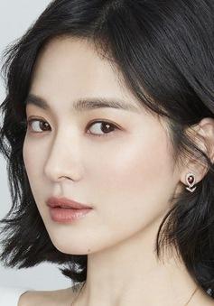 Song Hye Kyo bền bỉ quyên góp sách từ thiện