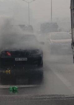 Xế hộp Mercedes bốc cháy dữ dội trên vành đai 3