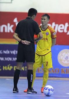 Tuyển thủ futsal Việt Nam bị cảnh cáo vì hành vi ngồi trên bóng buộc giày
