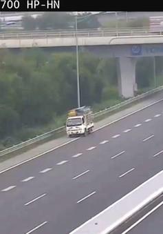 Clip: Bất chấp nguy hiểm, tài xế vẫn lùi xe trên cao tốc