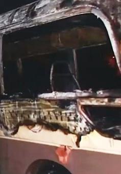 Đà Nẵng: Xe đưa đón học sinh bốc cháy ngùn ngụt khi đang đỗ ở bãi