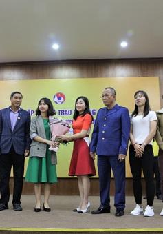 ĐT nữ Việt Nam và Trưởng Ban bóng đá nữ VFF ủng hộ 1 tỷ đồng cho chương trình Trái tim cho em