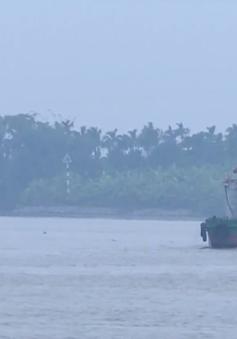 Nỗ lực tìm kiếm nạn nhân vụ chìm tàu chở gạch trên sông Văn Úc
