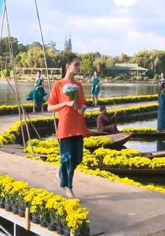 Biểu diễn thời trang tơ lụa và thổ cẩm ven Hồ Xuân Hương
