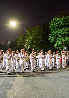 Đoàn Nghi lễ Công an nhân dân biểu diễn quanh phố đi bộ hồ Hoàn Kiếm