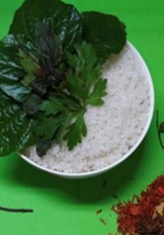 Giảm đau và phục hồi sức khỏe bằng chườm muối hột, thảo dược