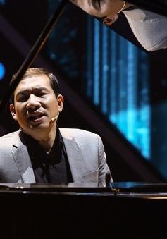 """""""Táo kinh tế"""" Quang Thắng tự đệm piano khoe giọng hát ngọt ngào"""