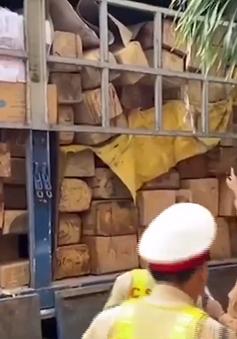 Công an Quảng Ngãi bắt xe tải vận chuyển gỗ không rõ nguồn gốc