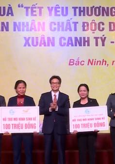 Phó Thủ tướng Vũ Đức Đam tặng quà, vé xe cho công nhân về quê đón Tết