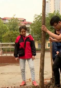 Nhóm bạn trẻ trồng cây phủ xanh Hà Nội