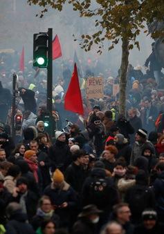 Giao thông tê liệt tại Pháp vì đình công phản đối cải cách lương hưu