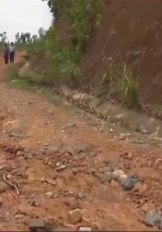 Quảng Ngãi: Ách tắc giao thông do sạt lở núi